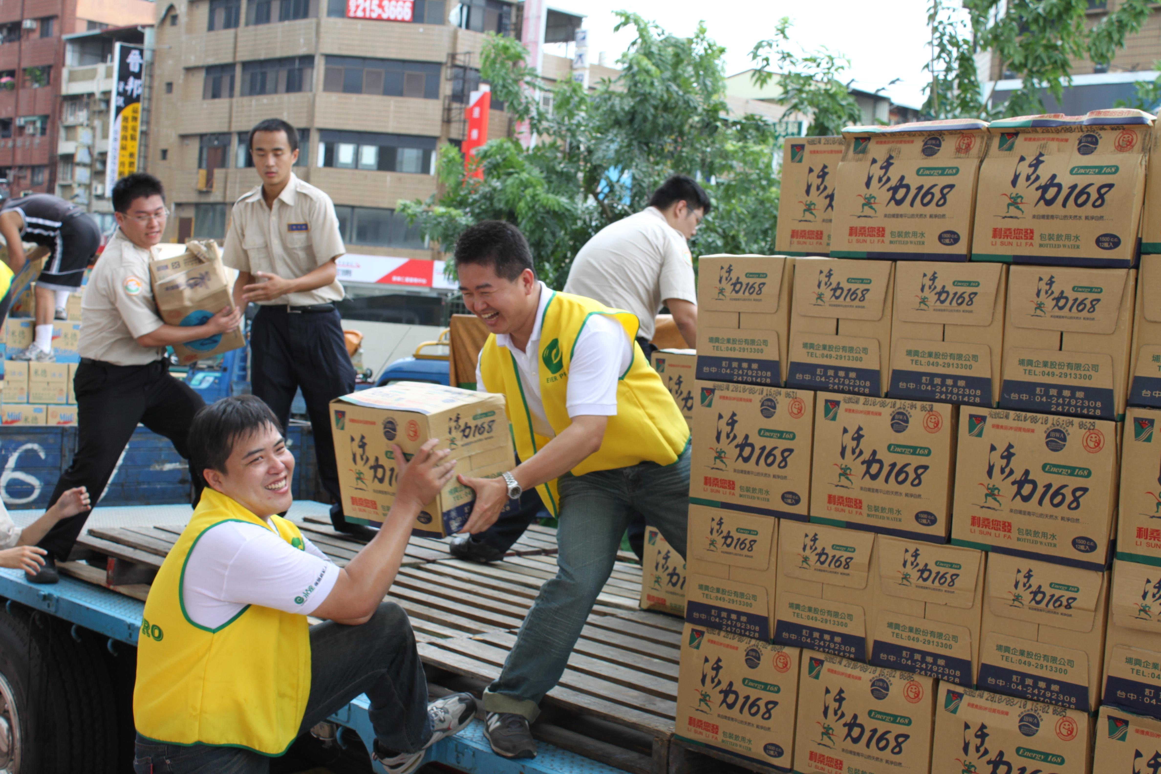 永達志工前往災區協助物資搬運工作。